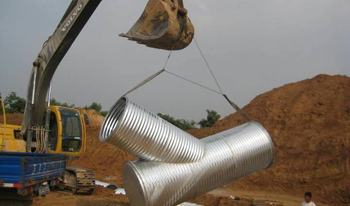 A galvanized 45° lateral fitting is lifted up by a hoisting machine